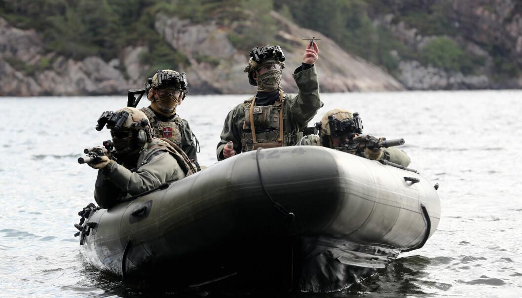 Operatører fra Marinejegerkommandoen med en Black Hornet nanodrone klar til take off.