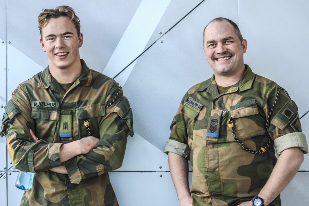 Tillitsvalgt Trym Mjølhus (t.v) og kompanisersjant Eirik Hammerhaug i Pasvik er hjernene bak innsamlingsaksjonen. Trym har fått hull i øret og Eirik ny tatovering siden starten av november.