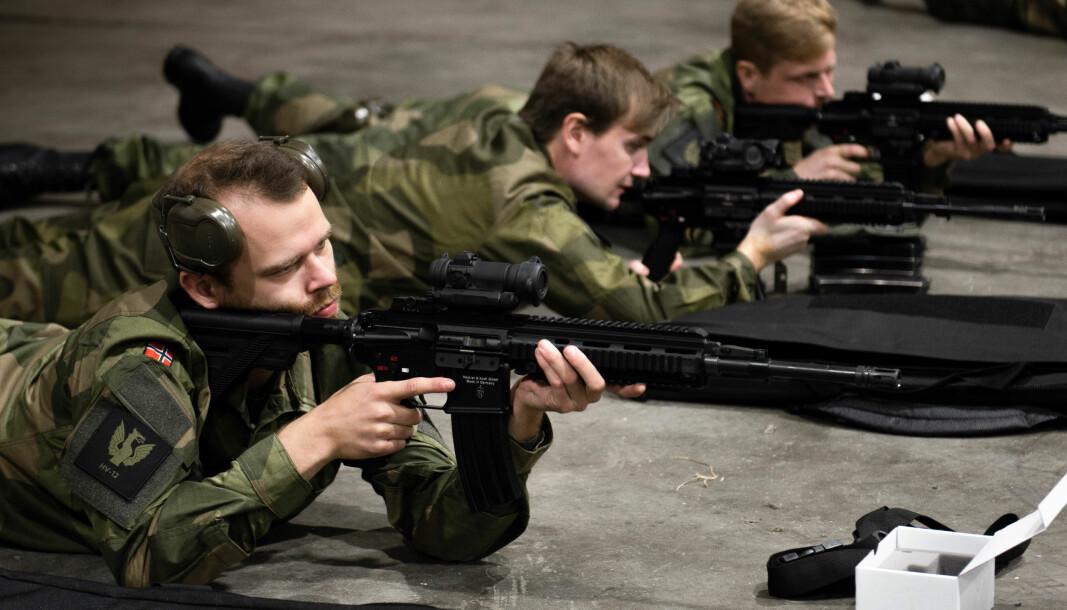 Før de nytilførte i Heimevernet kan skyte inn våpenet sitt må de tørrtrene på skytebaneinstrukser.