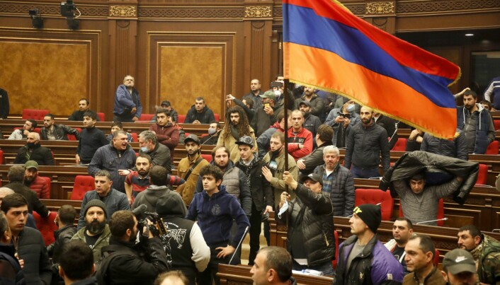 Demonstranter tok seg inn i regjeringsbygget i Jerevan for å protestere mot våpenehvilen.
