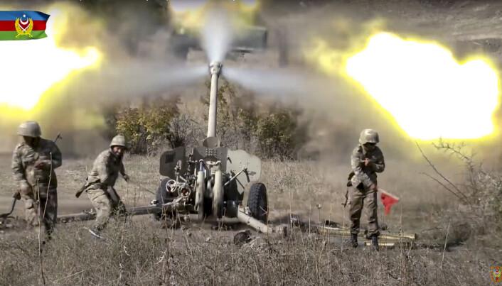 Aserbajdsjanske soldater avfyrer granater under konflikten i Nagorno-Karabakh.
