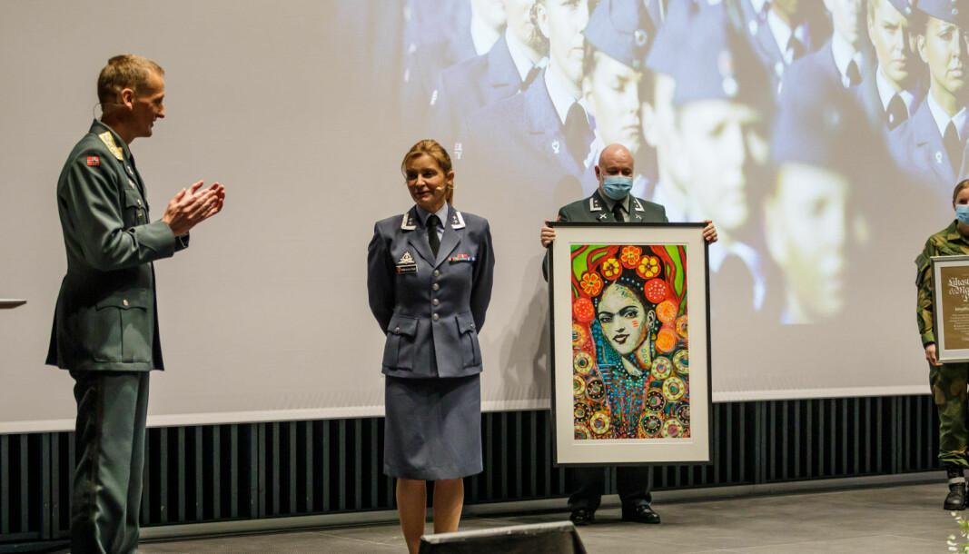 Oberstløytnant Birgith Andreassen ble tildelt Forsvarets likestillingspris. Her er hun sammen med forsvarssjef Eirik Kristoffersen som sto for overrekkelsen.