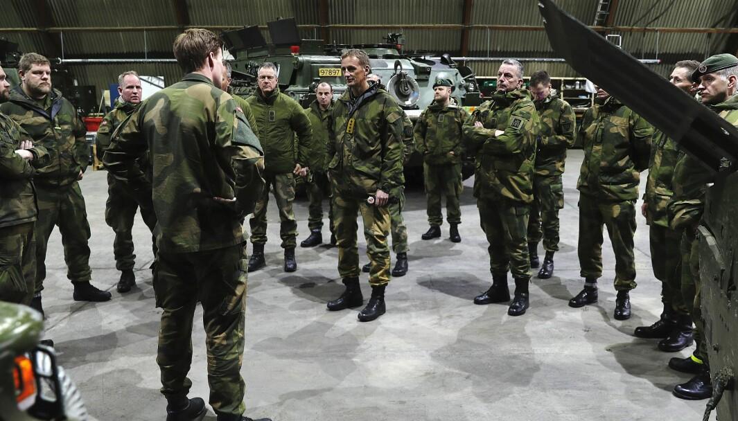 SLUTTER: Det kan være et gode for Forsvaret hvis folk slutter for så å vende tilbake til Forsvaret, skriver Roar Wold. Her er forsvarssjef Eirik Kristoffersen sammen med soldater fra Porsangmoen.