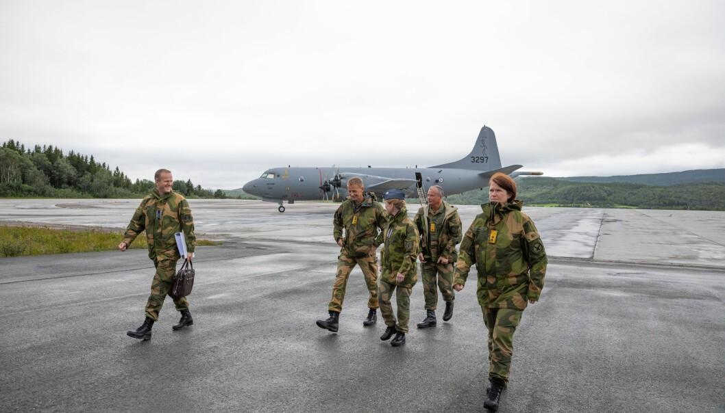 Og om det så en dag er så lavt skydekke at man ikke «bryter ut» fra sør, så tåler man litt vind i halen ved å lande fra nord, skriver Ståle Nymoen. Her ser vi blant andre forsvarssjef Eirik Kristoffersen og sjef Luftforsvaret Tonje Skinnarland på Evenes..