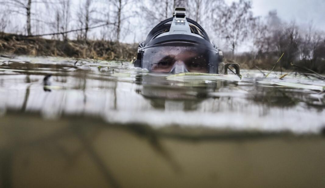 GRUMSETE: Det er null sikt under vann, så dykkerne arbeider i blinde.
