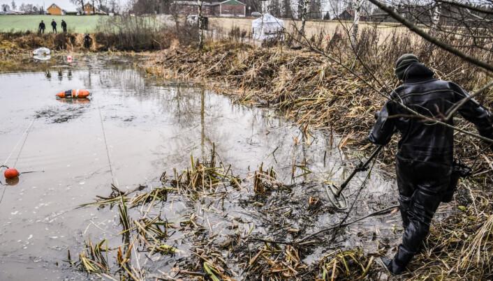 SØKER: Også vannkanten blir grundig gjennomsøkt med MDKs spesialutstyr.