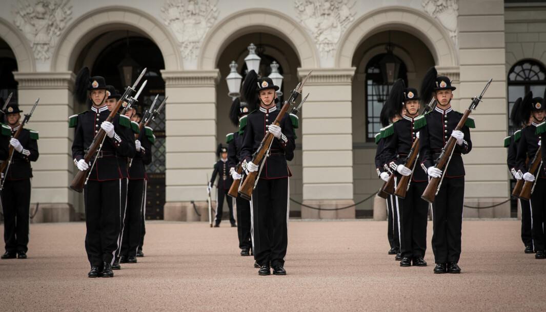 Drilltroppen i Hans Majestet Kongens Garde har oppvisning foran slottet.