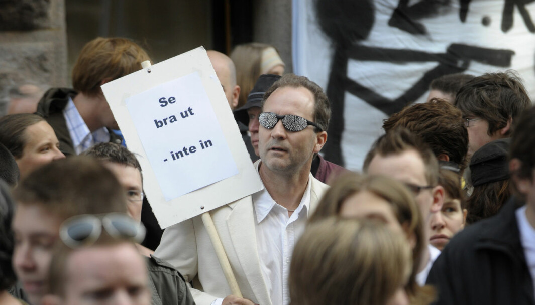 I 2008 var det flere demonstrasjoner mot den nye svenske FRA-loven (tilsvarende E-loven i Norge), blant annet ble det holdt en solbrilleaksjon. Nå skal det være aktuelt å utvide den svenske loven til også å gjelde datainnhenting innenlands.