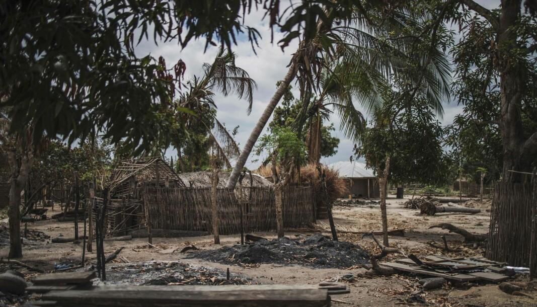Ødelagte hus i ladsbyen Aldeia da Paz utenfor Macomia i Mosambik. Landsbyen ble angrepet av islamister i august 2019.