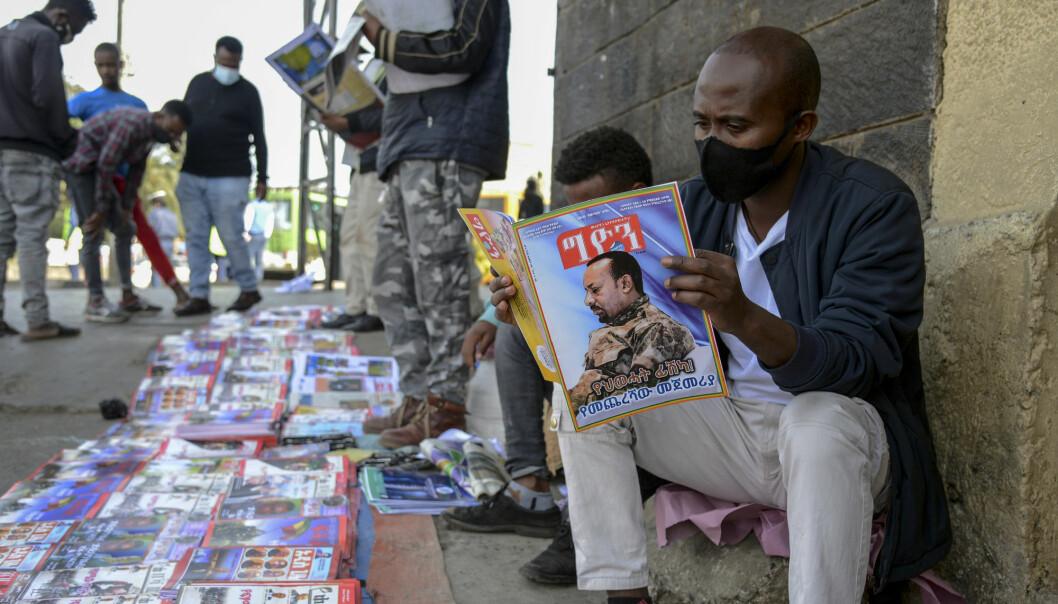 SPENT: Etiopiere leser aviser med forsidebilde av statsminister Abiy Ahmed i hovedstaden Addis Abeba.