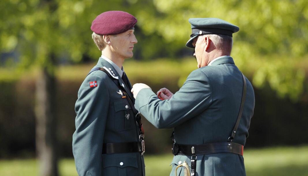 Forsvarssjef Eirik Kristoffersen ble tildelt Krigskorset med sverd i 2011. Det ble overrakt av daværende forsvarssjef Harald Sunde.