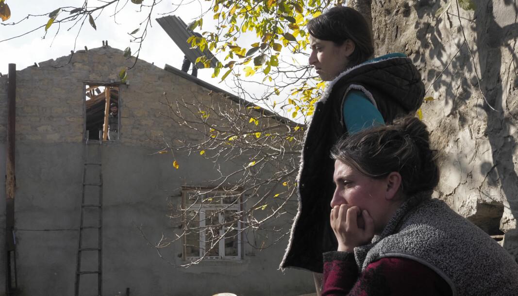 Flere er armenere blir hjemløse om mange føler seg sviktet av Russland som følge av fredsavtalen der armener forlater Nagorno-Karabakh.