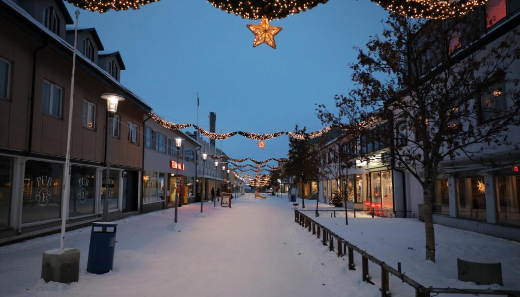 Julepyntet i gågata i Kirkenes. Bildet er fra 2019.
