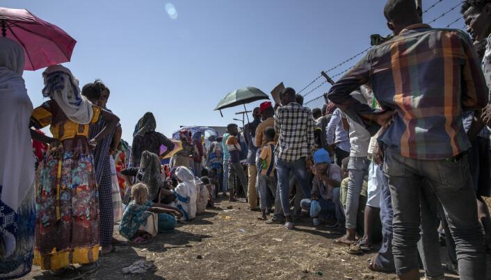 Flyktninger frå Tigray venter på hjelp i Sudan.