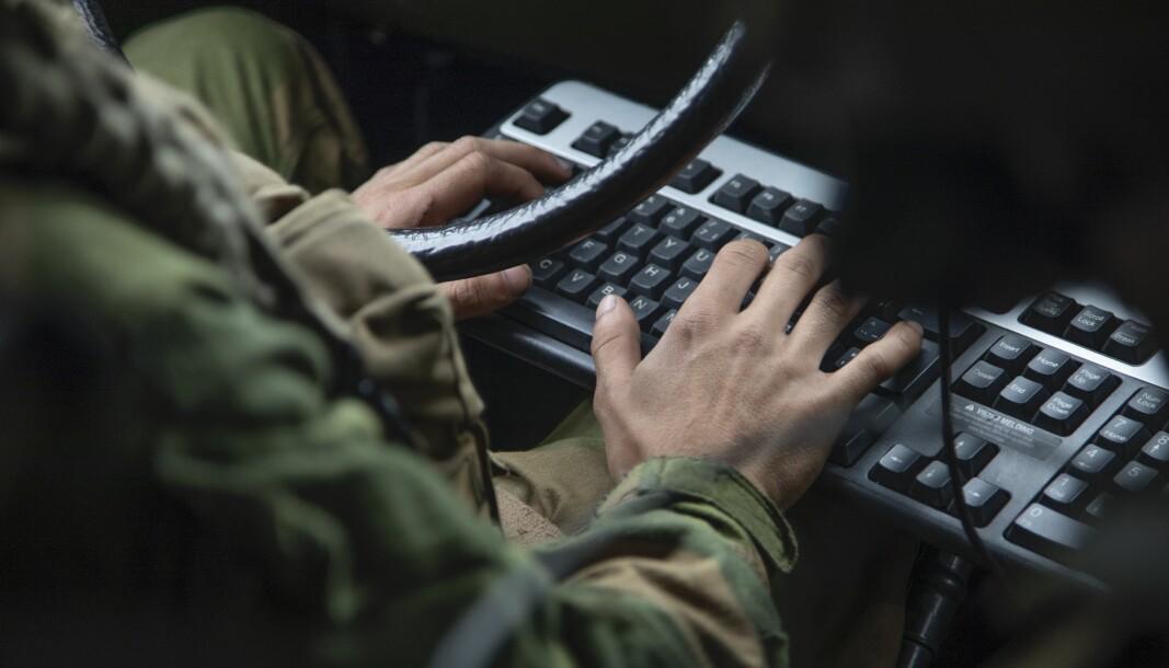 Det er blitt meget synlig i disse krisetider at den digitale kompetansen er svært lav hos sentrale medarbeidere, skriver Rune Bjørseth. Her ser vi en soldat fra Communication and Information Systems Task Group (CIS TG) under en øvelse.