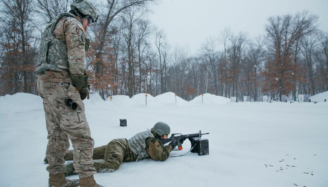Den norske kontingenten fikk prøve ulike amerikanske våpen i skytefeltet som tilhører leiren Camp Ripley, med US National Guard som instruktører. Bildet er fra februar 2019.