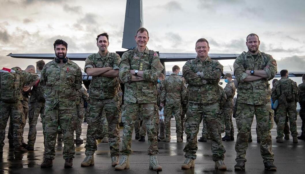 Danske soldater på vei ombord i Hercules-flyet som skal transportere dem fra Aalborg til Bagdad. Generalløytnant Per Pugholm Olsen i midten.