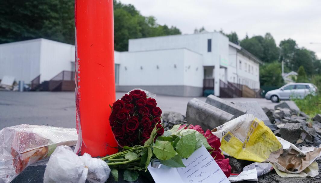 Blomster er lagt ned utenfor moskeen Al-Noor Islamic Centre i Bærum i 2019.