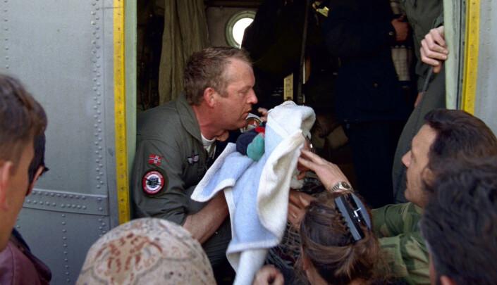 Flyktningar i alle aldrar, frå spedbarn til beste- foreldre. er med i Hercules-flyet.