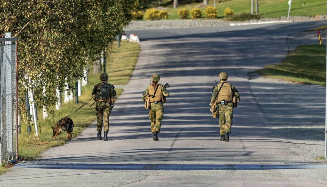 Militære vakter i Luftforsvaret under øvelse Falcon Respons ved Rygge i september i år.