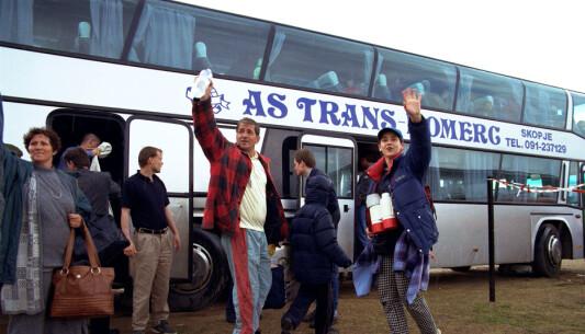 Flyktningane fraktast i buss til flyplassen for avreise med Hercules.