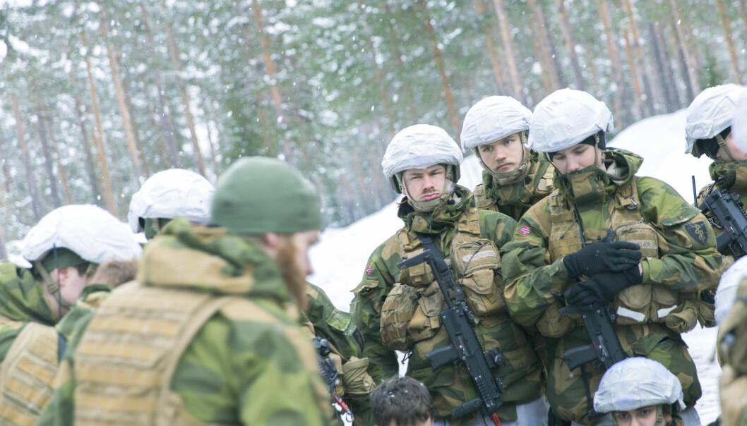 Jeg ser et forbedringspotensial i hvordan vi kommuniserer om verneplikt og førstegangstjeneste, skriver forsvarssjef Eirik Kristoffersen. Her er soldater på vinterøvelse.