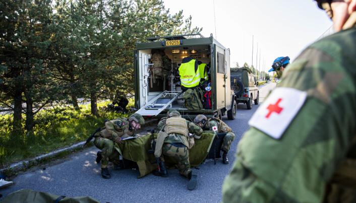 Innsatsstyrke Polar Bear bistår med sikring av området fra utsiden, kontroll på syke, sårede, samt sanitet, under en øvelse ved Rygge i september.