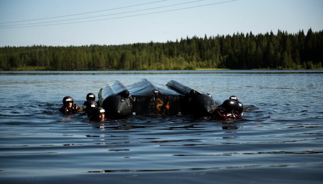 Fallskjermjegere må også kunne operere i vannet.