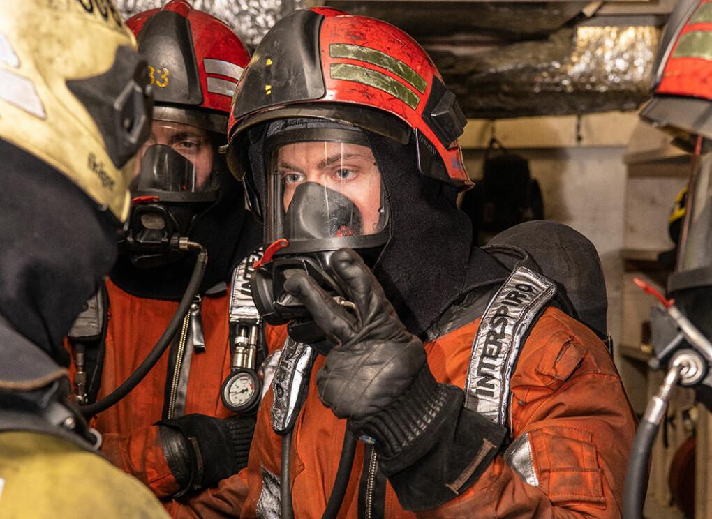 Soldater i brann-uniform.