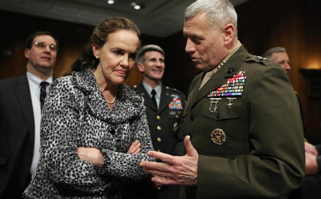 Michele Flournoy, som regnes som en favorittene til posten som forsvarsminister i Joe Bidens administrasjon, har nære bånd til USAs våpenindustri. Her er hun i samtale med general John Paxton i 2010.