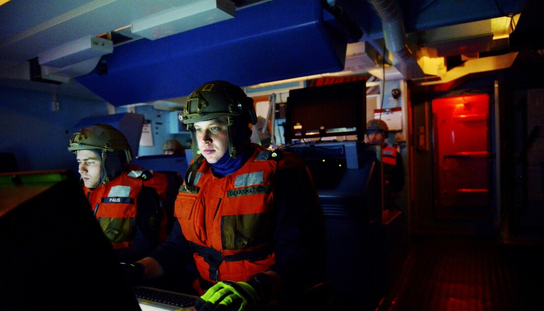 SKJERMTROLL: Matrosene Tobias Paus (til venstre) og Glenn Dåbu studerer skjermene i operasjonsrommet på KNM Rauma nøye.