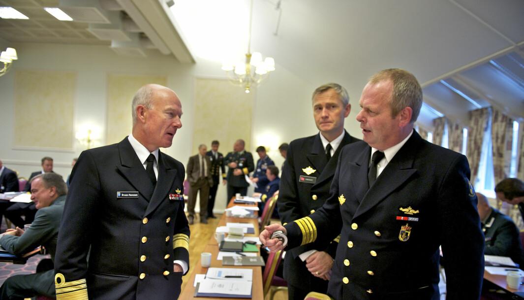 Sjefen for Forsvarets operative hovedkvarter Haakon Bruun-Hanssen (t.v.) i samtale med generalmajor Tom Henry Knutsen (t.h.) under Nordområdekonferansen.