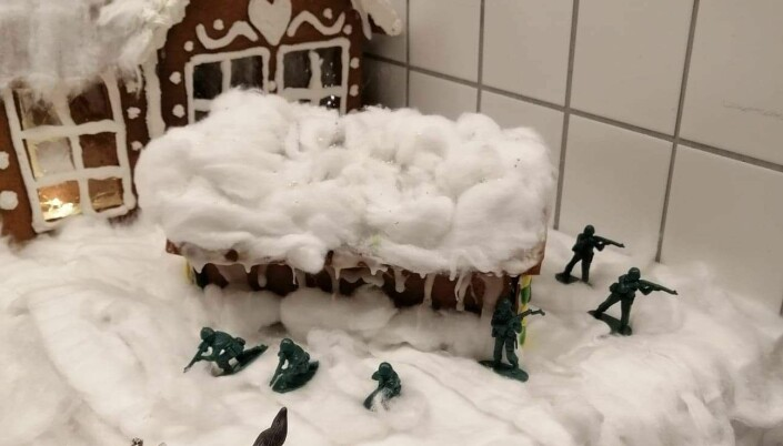 Soldater i plast sørger for vaktholdet utenfor kakebua.