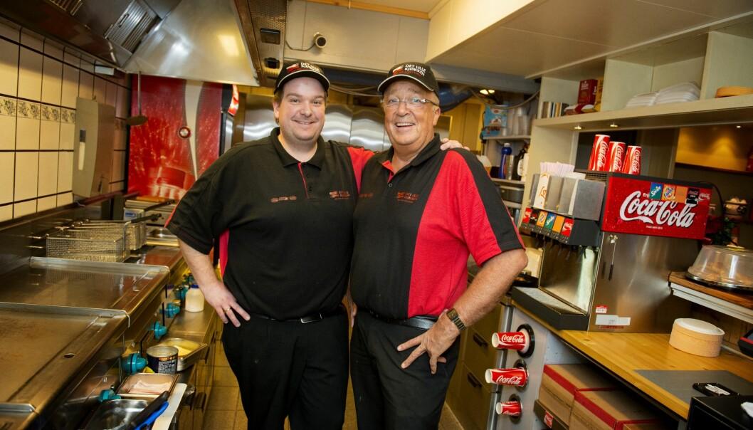 Rudi og Asbjørn Olsen selger 14 tonn hamburgere i året. Mange av dem går til sultne soldater.