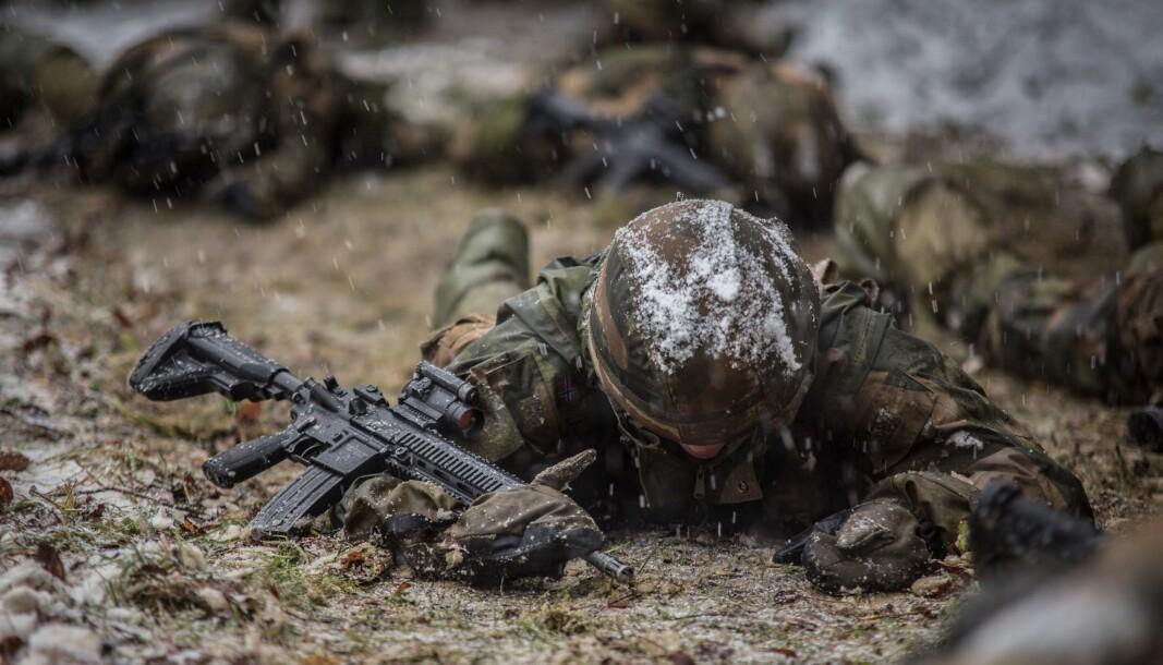 I dag rekrutteres kvinner til Forsvaret på liknende måter som menn, og det er kanskje ikke veien å gå for å gjøre Forsvaret attraktivt som arbeidsplass, skriver Eirik Lavik og Georgian Lucian Gjerdrum. Dette er bildet er fra en øvelse i Forsvaret.