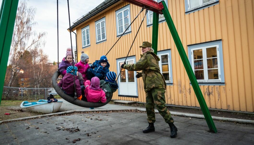 Man må være motivert for å delta i forsvaret av landet vårt, skriver Frank Bakke-Jensen. Her ser vi barnehagelærer Kirsten Grevskott som deltok på Heimevernets «Uniform på jobben-dag» .