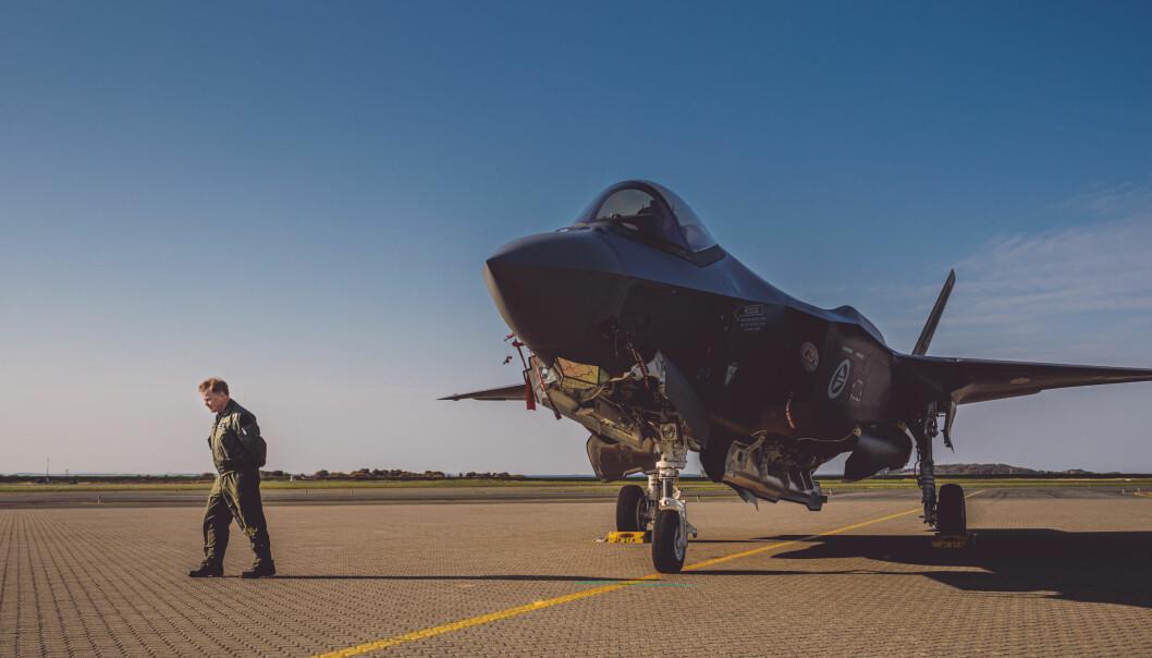 Jeg er av den oppfatning at britene ønsker et tettere samarbeid om F-35 velkommen, skriver Ståle Nymoen. Her ser vi sjef for 332-skvadron Tron Strand ved et F-35 på Ørland flystasjon.