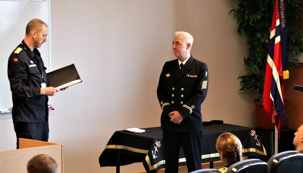 Skvadronsmester Trond Eek blir tildelt Sjøforsvarets fortjenestemedalje