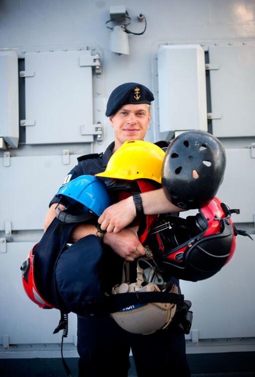 Det følger med en hjelm til de forskjellige oppgavene dekksmann Svein-Tore Hovlid har om bord. Han er røykdykker, skytter, stempler (tetter hull i skroget), flydekksmannskap og lettbåtfører.