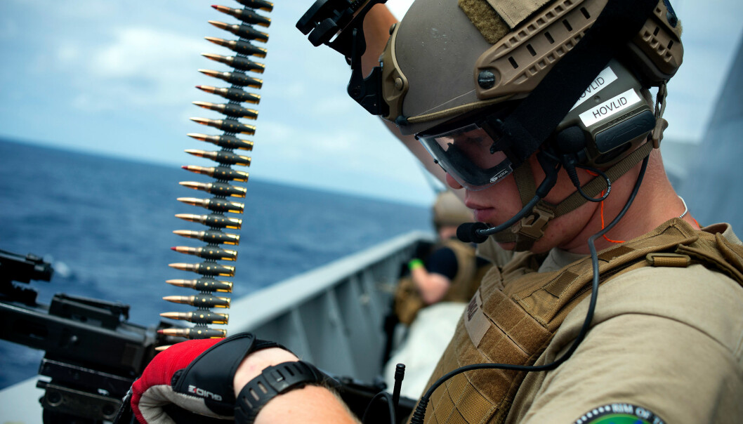 Hovlid lader MG-3-en under en skyteøvelse. Et par minutter senere har han brent av 200 skudd mot et fiktivt mål i sjøen.