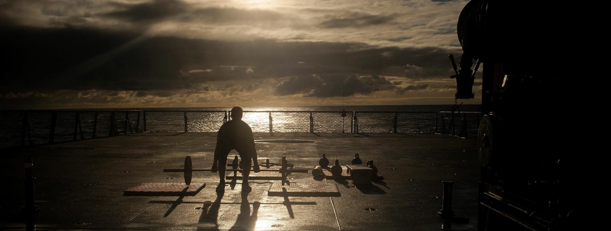 Fra en reportasje om øvelsen Rimpac- rim of the pacific, verdens største marineøvelse i havområdene rundt øygruppen Hawaii i Stillehavet. Norge deltok for første gang med fregatten KNM Fridtjof Nansen og seilte sammen med 48 andre fartøy, seks undervannsbåter og 200 fly og helikoptre. I alt 25000 personer deltok i øvelsen.