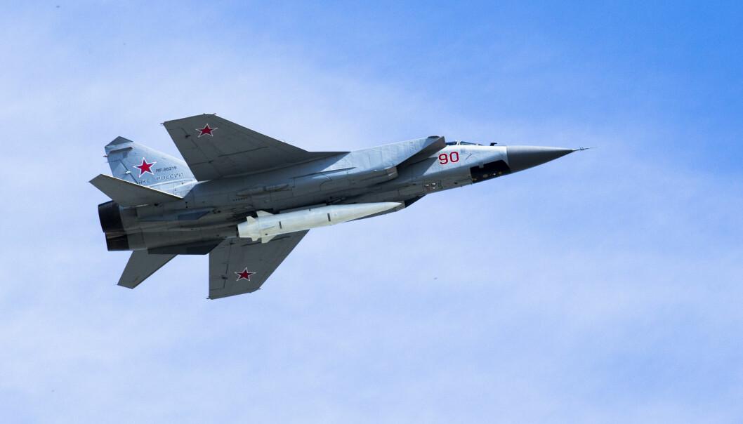Et russisk MiG31 jagerfly viser frem Kinzjal under en militærparade i 2018.