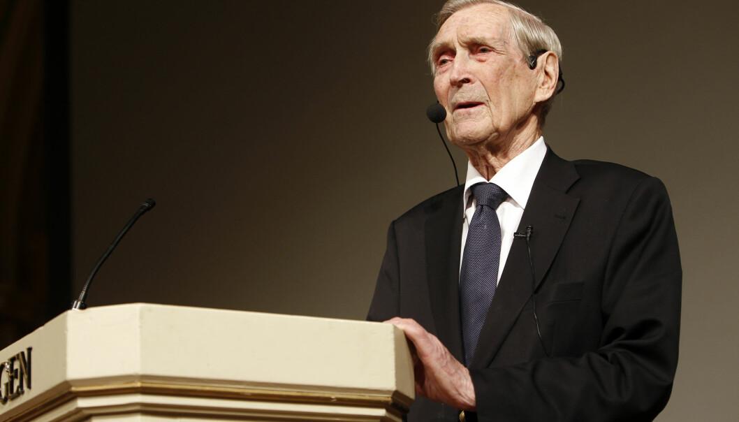 Krigsveteran Gunnar Sønsteby holdt foredrag om sine opplevelser fra 9. april 1940 i Gamle Logen i Oslo i 2010.