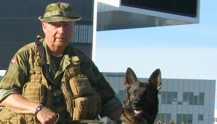 Ronny Vestli i HV-01 forteller at han og medsoldatene har ventet på penger til gode siden august. Her er han sammen med hunden Ymse.