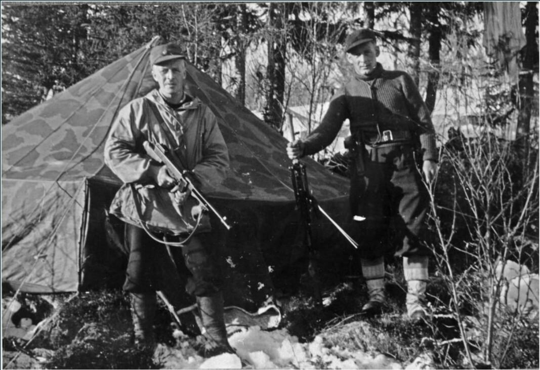 Norske soldater fra Kompani Linge. Til venstre fenrik Alf Graven med et våpen av samme type som ble stjålet fra Hjemmefrontmuseet..