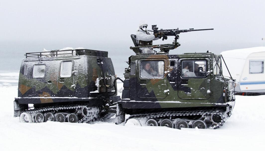 Nederlandske soldater på vinterøvelse i Norge, i en BV 206 som tilhører Forsvaret.