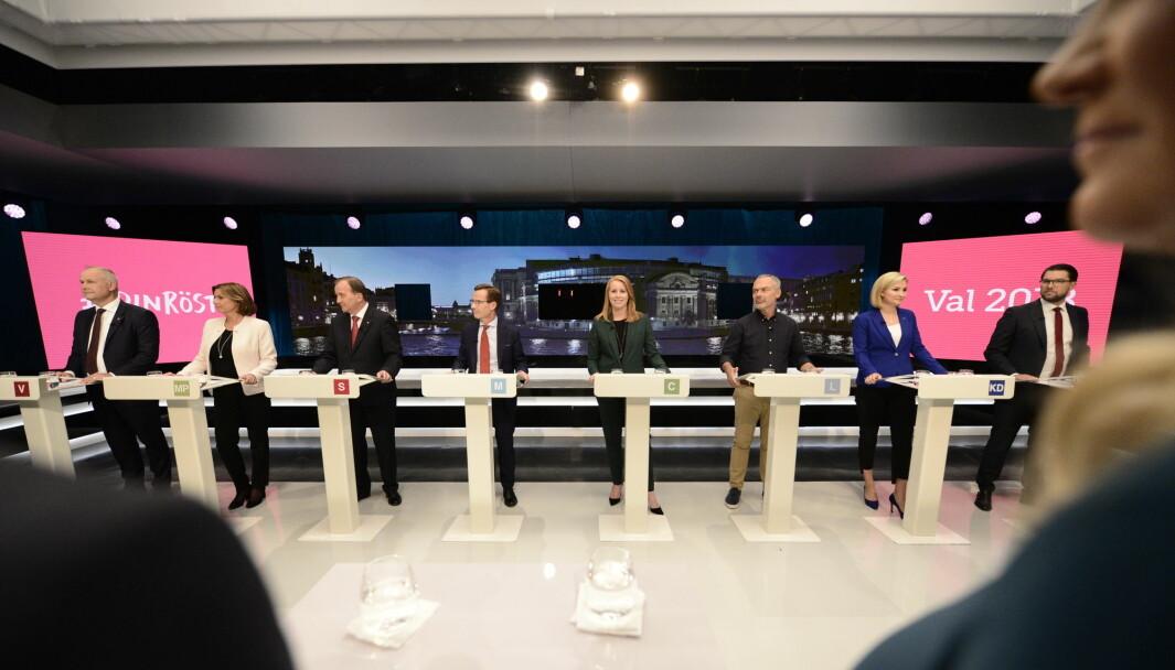 Statsminister Stefan Löfven er nummer tre fra venstre. Visestatsminister Isabella Løvin nummer to fra venstre, mens en av de viktigste opposisjonspolitikerne heter Annie Lööf og er nummer fem fra venstre. Men en av de viktigste - også når det gjelder spørsmål om forsvar - er nå Jimmi Åkesson og Sverigedemokraterna (helt til høyre).
