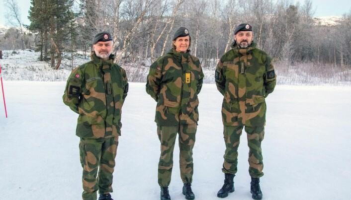 Tidligere sjef HV-17 Stein Ulvolden Høye, sjef Heimevernet Elisabeth Michelsen og ny sjef HV-17 Bernt Normann Lockert under dagens seremoni ved Garnisonen i Porsanger.
