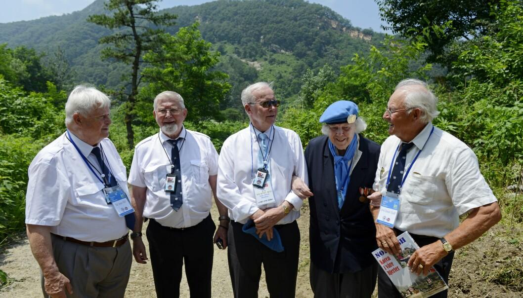 Veteranene (fra venstre) Eilif Jørgen Næss, Peder Fintland, Aage Kjeldsen, Gerd Semb og Arvid Fjære på stedet der det norske feltsykehuset Normash lå under Koreakrigen.