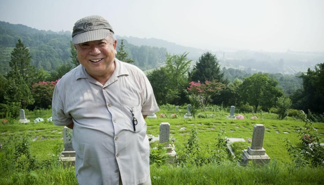 Ilyung Lee pynter graver på æreskirkegården utenfor Seoul sentrum. Han kom med familien fra Nord-Korea da han var fem år.